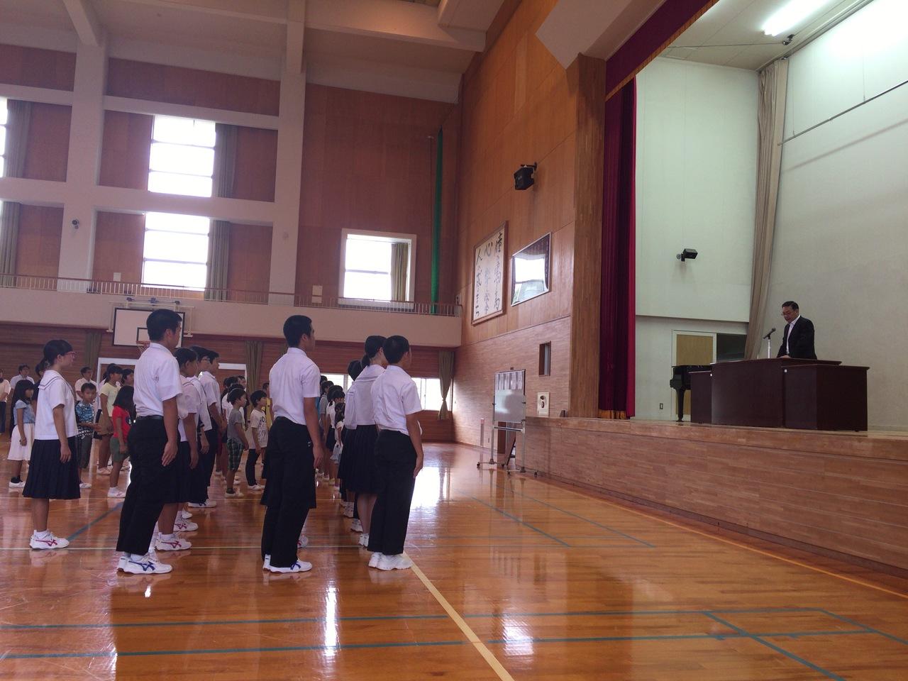 長崎創価学会 奈留小中学校へ図書贈呈